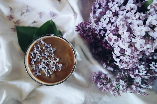 Amouage Lilac Love: il romanticismo delicato di lillà e cacao